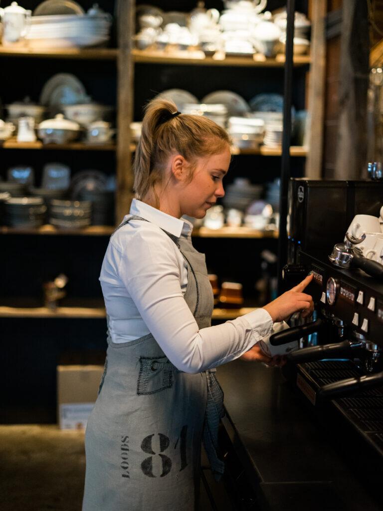 Foto van barista die koffie maakt